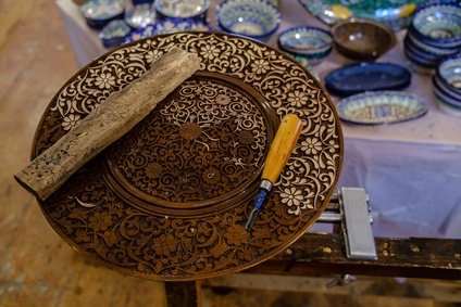 Assiette en bois sculptée à la main en Ouzbékistan